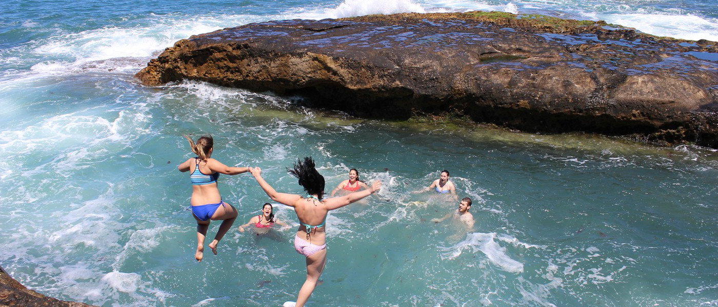 学生们 jump intro the sea during an excursion to Cherifian