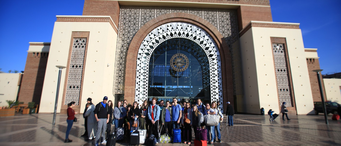 学生们 arrive at the Marrakesh train station during a group excursion.