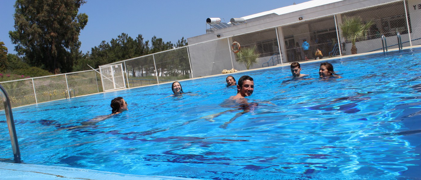 UNE学生 swimming at the pool at the American School of Tangier